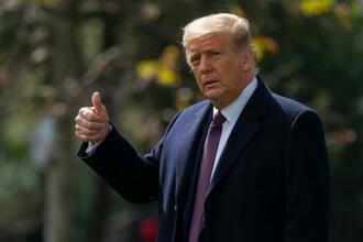 1日、米ホワイトハウスの敷地内を歩くトランプ大統領(AP=共同)