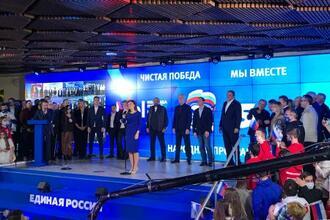 19日、モスクワの選挙対策本部で、下院選での勝利を宣言する与党「統一ロシア」の候補者ら(タス=共同)
