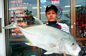 糸満釣り筏で60センチ、2.4キロのロウニンアジを釣った沖縄桜曾の神谷響さん=3日