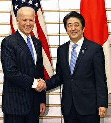 バイデン米副大統領(左)と握手を交わす安倍首相=3日午後、首相官邸