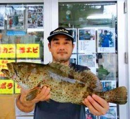 中城湾のテンヤ釣りで1.75キロのユダヤミーバイを釣った山田修さん=18日