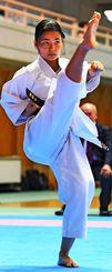 高く/伸びやかに高い蹴りを披露する女子出場者=24日、県立武道館