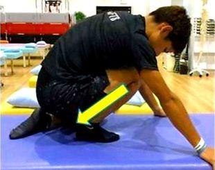 (4)ヒラメ筋(ふくらはぎ深部)のストレッチ。片膝をつき、踵を地面につけたまま前傾する(いずれもロクト整形提供)