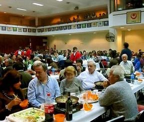 すきやきで文化交流を楽しむ参加者ら=アルゼンチン沖縄県人連合会ホール