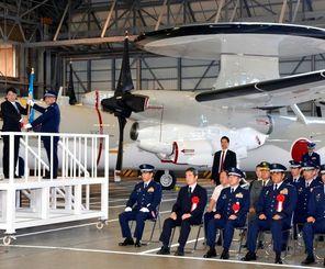 早期警戒機(E2C)603飛行隊の発足式で村上政雄隊長に隊旗を手渡す小野寺五典防衛相(左端)=20日午前、航空自衛隊那覇基地