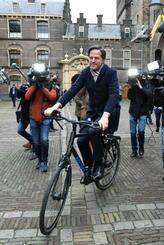 15日、オランダの議会を後にするルッテ首相=ハーグ(ロイター=共同)