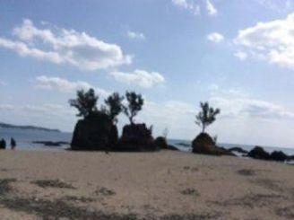 現在の瀬嵩の浜。学童期に夏休みに過ごしたころは、写真の岩には盆栽のような松の木が生えて風情があった