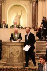 フランス学士院の講堂で実力賞を授与された井上佑吉さん=2014年11月19日