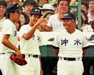 決勝で選手たちを励ます栽弘義監督(右)=1990年8月21日、甲子園球場