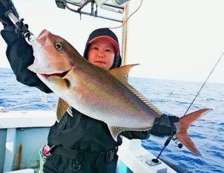 慶良間沖で4キロのカンパチを釣った鈴村亮子さん=2日