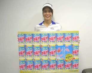 パッケージがより華やかになったオリオン「いちばん桜」をPRするキャンペーンガールの翁長愛美さん=5日、沖縄タイムス社