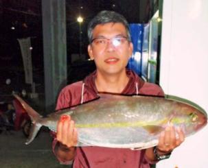 伊江島沖で84.5センチ、7.02キロのカンパチを釣った山内裕二さん=12月1日