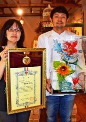あめ細工で最優秀賞を受賞した安富祖光将さん(右)と高里佳子さん=5日、金武町金武「オキナワ フュージョン パティスリー モンクレア」