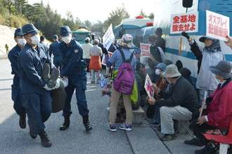 新基地建設に反対して座り込み抗議する市民と強制排除する機動隊員ら=1日午前9時すぎ、名護市辺野古、米軍キャンプ・シュワブゲート前