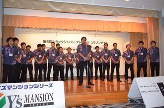 地元支援者らを前に2015~16シーズンの飛躍を誓う琉球コラソンの選手ら=ホテル日航那覇グランドキャッスル