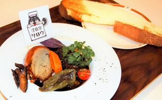 県産の和牛や野菜を使ったビーフシチュー。サクサクした食感のパンも手作りだ