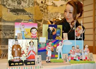 天皇皇后両陛下やラグビーW杯日本代表など、今年の世相を反映した変わりびな=3日午前、さいたま市