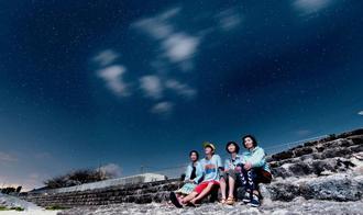 うるま市の星空を見るツアーが開催する海の駅あやはし館周辺(エイチ・アイ・エス提供)