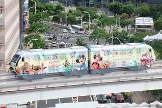 東京ディズニーリゾート開園35周年をPRするモノレール車両=1日、那覇市久茂地・タイムスビルより撮影