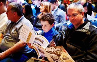 大会説明会でリーフレットを見ながら概要に耳を傾ける来場者=1月17日、英ロンドン