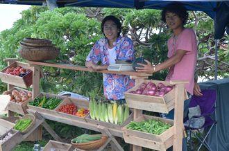 若き代表(左)が運営するオーガニックの野菜のみを扱うマルシェ。珍しい県産野菜も見つかる