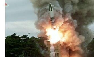 北朝鮮が16日発射したとする新型ミサイルの写真。朝鮮中央テレビが17日放映した(共同)