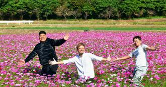 コスモスまつりの来場を呼び掛ける松埼正也区長(左)ら=12日、恩納村安富祖区