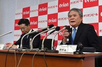 記者会見するオリオンビールの與那嶺清社長(右)、亀田浩取締役=23日午後5時すぎ、浦添市の同社