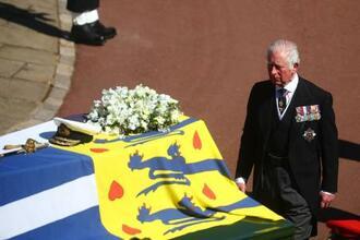 17日、英ロンドン郊外ウィンザー城で行われたフィリップ殿下の葬儀で、ひつぎの近くを歩くチャールズ皇太子(ゲッティ=共同)