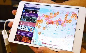 現在地から周辺の観光情報を多言語で紹介するナビアプリ「OkiLuckGPS」の画面=17日、沖縄県庁