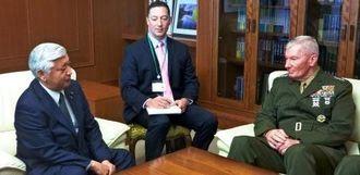 米太平洋海兵隊のトゥーラン司令官(右)と会談する中谷防衛相=8日、防衛省