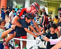 [TOUR DE OKINAWA]/バイク試乗 児童興奮/オランダ代表と交流