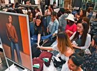 「安室ちゃんと同じものを」H&Mコラボ商品、開店前に900人が列 春に続き沖縄が全国最多