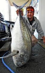 那覇一文字で112・5センチ、14・45キロのロウニンアジを釣った宮良タスクさん=4日