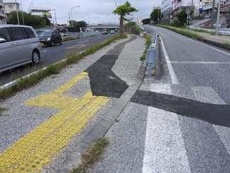 工事で20~30メートルに渡って誘導用ブロックが途切れているケース(沖縄行政評価事務所提供)