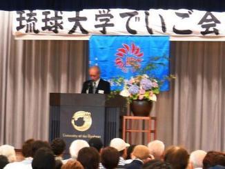 琉大医学部の「献体」に協力するでいご会の会員であいさつする砂川惠伸会長=琉球大学内