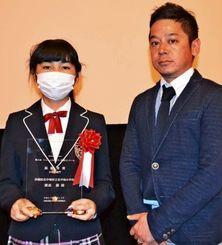 瀬底蘭さん(左)と、記事を書いた伊集竜太郎記者=12日、東京・日本プレスセンター