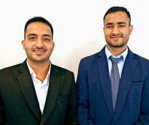 OISTで廃棄農作物を使ったエコポリマーの開発研究を進めるプーラン・ラジプット氏(右)とナラヤン・ガルジャール氏=12月24日、ハウリヴ・タイムスビル店