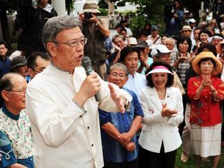 裁判を前に開かれた集会で、決意を語る翁長雄志知事=5日午後1時40分、那覇市楚辺・城岳公園