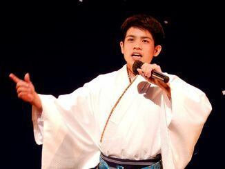 デビュー記念コンサートで歌う石原まさしさん=4月18日、うるま市民芸術劇場