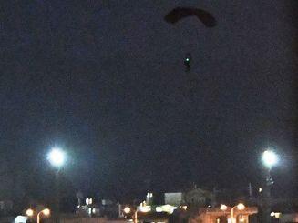 夜間パラシュート降下訓練で、嘉手納基地内に降下する米兵=5月10日午後7時40分