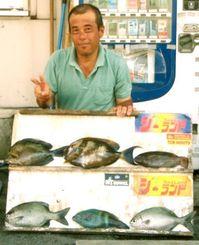 那覇一文字で40.6センチ、1.25キロのトカジャーを釣った名城政伸さん=18日
