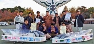 電気自動車「Team ZERO」(写真左)で、ワイパーモータークラスを制した那覇工業高校の生徒たち=大阪府内