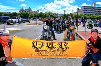 青空の下、沖縄チャリティーランに参加したバイク愛好家=6月25日、北谷町美浜・町営駐車場