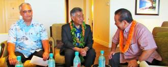 安慶田光男副知事(右)と面談するハワイ州のデービッド・イゲ知事(中央)=1日、ハワイ・ホノルル