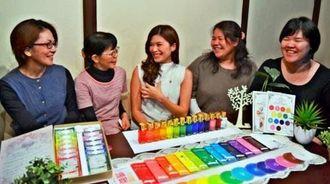 月に一度の「癒やし大学」の勉強会で、話に花を咲かせる若尾美希子校長(右から2人目)、生徒の宮里祥子さん(中央)ら=26日、那覇市松山