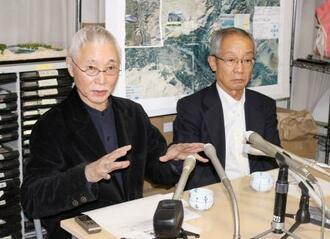 記者会見するNGO「ペシャワール会」の福元満治広報担当理事(左)ら=5日夕、福岡市