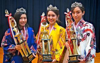 42代目のミスハイビスカスに選出された(左から)土田さん、伊江さん、護得久さん=25日、沖文化センター