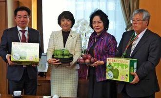 島尻安伊子沖縄担当相(左から2人目)にアテモヤとパッションフルーツを贈呈する長浜善巳恩納村長(左)=14日、内閣府