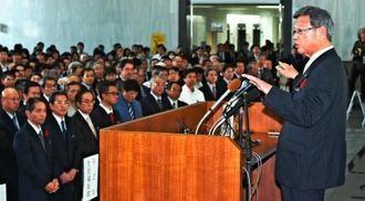 就任式で職員に訓示する翁長雄志知事(右)=10日午前、県庁